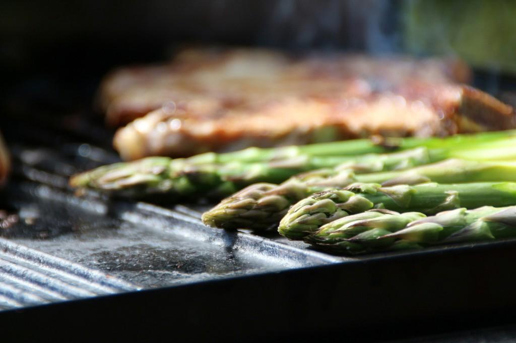 Zelený chřest na grilu
